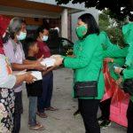 Persit KCK Cabang XLVII Dim 0726 Sukoharjo Berbagi Menu Buka Puasa dengan Warga di Simpang Lima