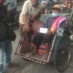 Puluhan Tukang Becak di Jalan Majapahit Depok Dua Dapat  Rejeki dari Mantan  Caleg P3.